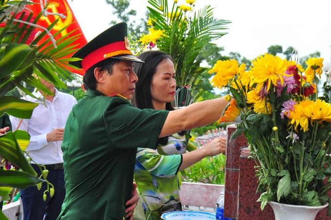 Hội CCB khối các CQ tỉnh Hà Tĩnh Dâng hương tri ân các Anh hùng Liệt sỹ